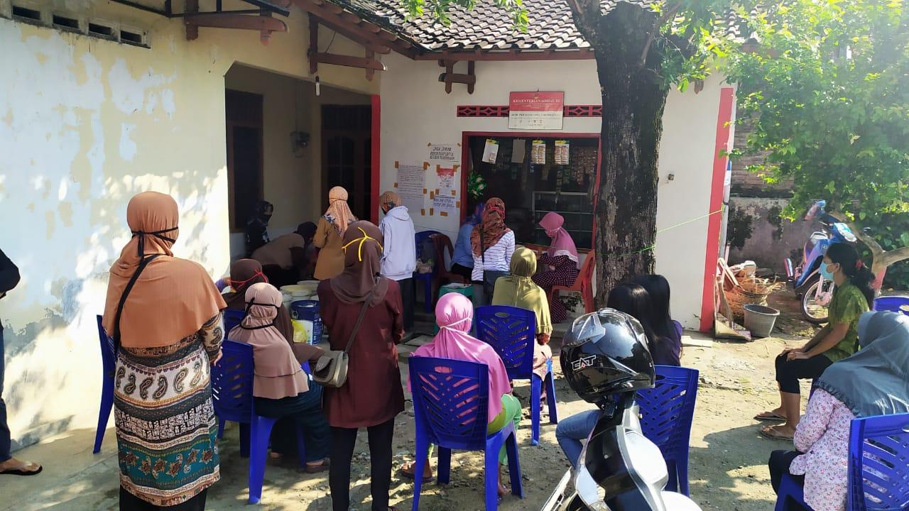 Pengambilan Paket Sembako Bagi Penerima KKS ( Kartu Kesejahteraan Sosial )