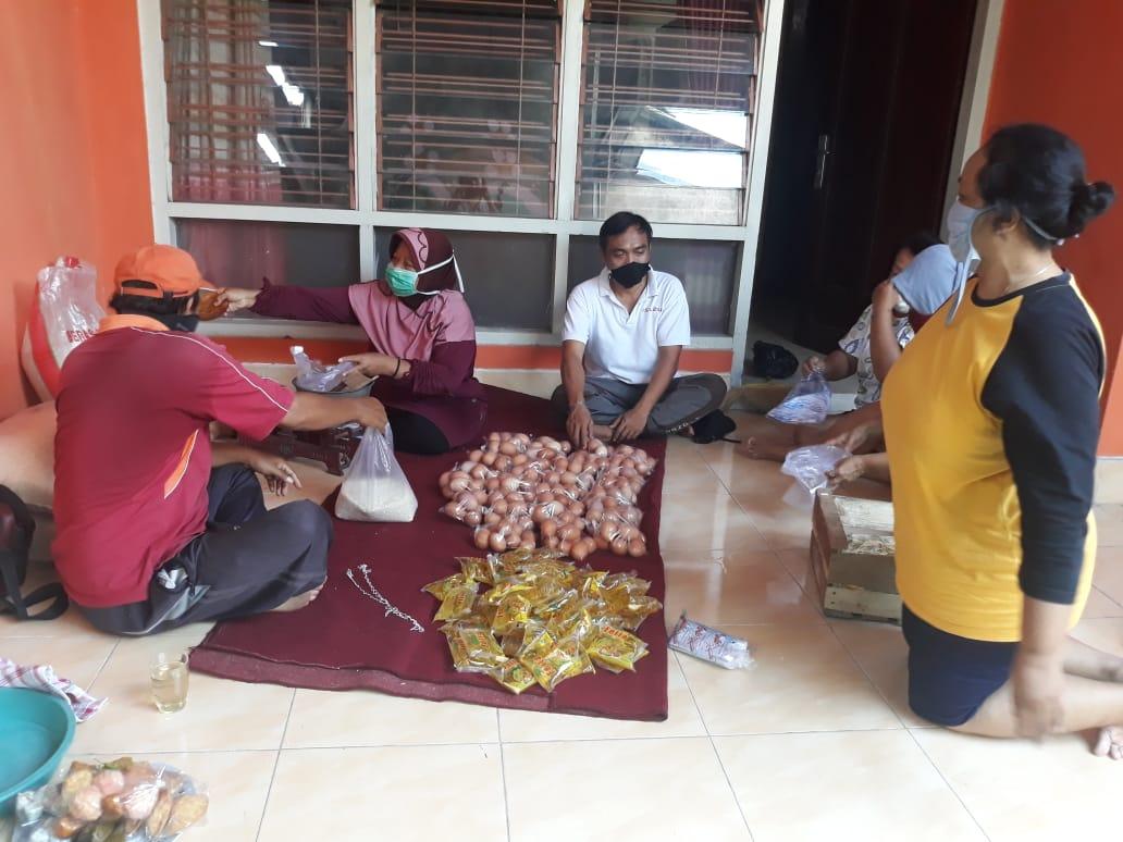 Packing sembako untuk warga